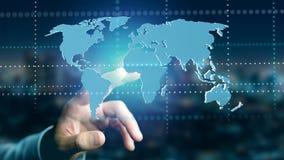 Zakenman die een Verbonden wereldkaart op een futuristische interf houden Stock Afbeeldingen