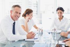 Zakenman die in een vergadering glimlacht Stock Afbeelding