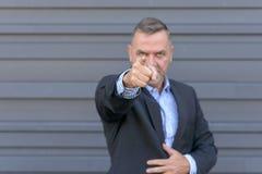 Zakenman die een vinger van schuld richten royalty-vrije stock foto's