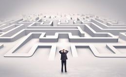 Zakenman die een vlak 3d labyrint beginnen Royalty-vrije Stock Foto's