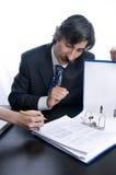 Zakenman die een vrouw toont waar te te ondertekenen royalty-vrije stock afbeelding