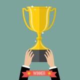 Zakenman die een winnende trofee steunen Stock Afbeelding
