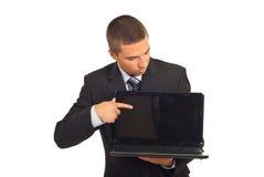 Zakenman die en aan laptop het scherm richt kijkt Stock Afbeeldingen