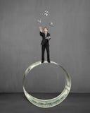 Zakenman die en geldsymbolen op geldcirkel werpen vangen Royalty-vrije Stock Afbeeldingen