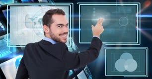 Zakenman die en met de panelen van de technologieinterface raakt interactie aangaat Stock Afbeelding