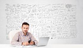 Zakenman die en met diverse bedrijfsideeën plannen berekenen Stock Afbeeldingen