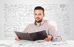Zakenman die en met diverse bedrijfsideeën plannen berekenen stock foto's