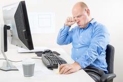 Zakenman die en op het kantoor schreeuwen jammeren Stock Foto