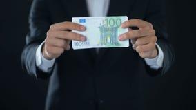 Zakenman die euro bankbiljetten, Europese munt, kredietaanbieding, economie tonen stock footage