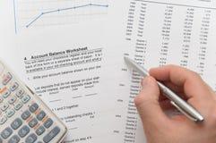 Zakenman die financiële cijfers analyseert stock fotografie