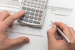 Zakenman die financiële gegevens analyseert stock foto's