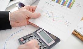 Zakenman die financiële resultaten berekenen Stock Fotografie