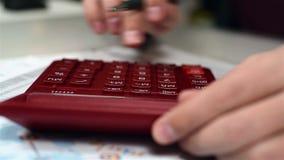 Zakenman die financieel rapport controleert stock video