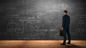 Zakenman die formules bekijken stock video