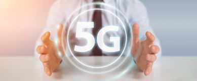 Zakenman die 5G netwerkinterface het 3D teruggeven gebruiken Royalty-vrije Stock Afbeelding