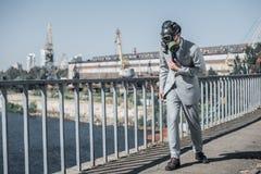 zakenman die in gasmasker op brug lopen, luchtvervuilingsconcept royalty-vrije stock afbeeldingen