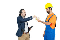 Zakenman die gehuurde handdiearbeider betalen voor de diensten op witte achtergrond worden geïsoleerd stock afbeelding