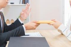 Zakenman die geld in aangeboden envelop en o.k. door een wo goedkeuren stock afbeelding
