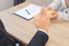 Zakenman die die geld in envelop verwerpen door een vrouw wordt aangeboden - cor stock foto