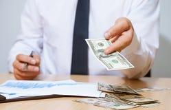 Zakenman die geld voorstellen aan u stock afbeeldingen