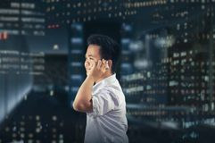 Zakenman die gelukkig terwijl het Roepen van iemand op Mobiele Telefoon kijken Stock Afbeeldingen