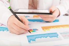 Zakenman die grafieken en grafieken analyseert Royalty-vrije Stock Foto's