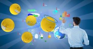 Zakenman die grafieken op blauwe achtergrond analyseren door diverse emojis Stock Foto
