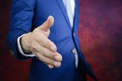 Zakenman die hand, schokhanden, overeenkomstenovereenkomst bereiken Royalty-vrije Stock Afbeelding