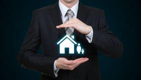 Zakenman die het concept van de familieverzekering beschermen Stock Afbeelding