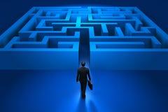 Zakenman die het labyrint ingaat Stock Afbeeldingen