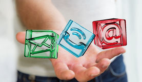 Zakenman die het transparante pictogram van het kubuscontact in zijn 3D hand houden Stock Afbeelding