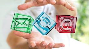 Zakenman die het transparante pictogram van het kubuscontact in zijn 3D hand houden Stock Foto