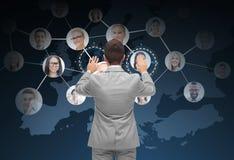Zakenman die het virtuele scherm met contacten met behulp van Royalty-vrije Stock Foto