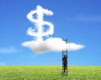 Zakenman die houten ladder met de vormwolk van het dollarteken beklimmen Stock Afbeelding