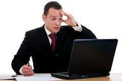 Zakenman die kijken aan computer wordt verrast Stock Foto