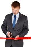 Zakenman die in kostuum rood lint met paar van schaar ISO snijden Stock Afbeelding