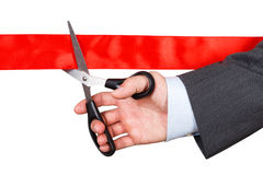 Zakenman die in kostuum rood lint met paar van schaar ISO snijden Royalty-vrije Stock Foto