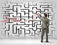 Zakenman die labyrintprobleem oplossen Royalty-vrije Stock Foto