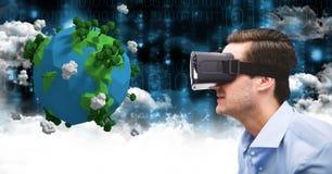 Zakenman die lage polyaarde op VR-glazen bekijken Stock Afbeeldingen