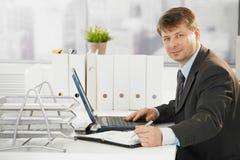 Zakenman die laptop computer met behulp van Stock Afbeelding