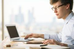 Zakenman die laptop en tablet gebruiken Stock Foto's