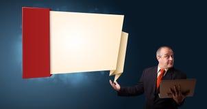 Zakenman die laptop houden en modern origamiexemplaar voorleggen stock afbeeldingen