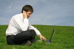Zakenman die laptop met behulp van Royalty-vrije Stock Foto's