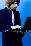 Zakenman die laptop met behulp van stock foto