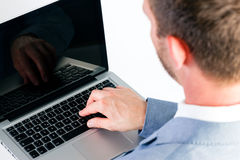 Zakenman die laptop met behulp van Stock Foto's