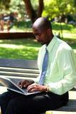 Zakenman die laptop met behulp van stock fotografie