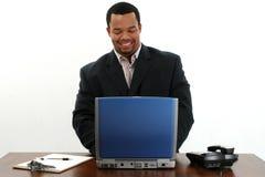 Zakenman die laptop met behulp van Royalty-vrije Stock Foto