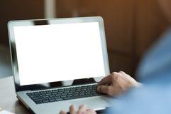 Zakenman die laptop met het lege scherm met behulp van bij koffie Stock Afbeelding