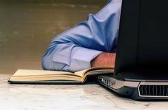 Zakenman die laptop wijnoogst gebruiken Royalty-vrije Stock Foto