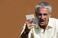 Zakenman die leeg adreskaartje overhandigt Royalty-vrije Stock Foto's